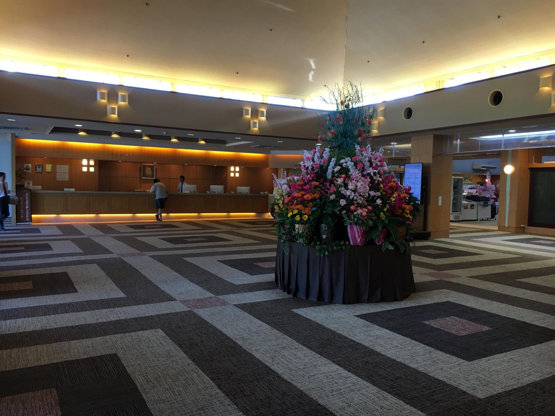 用鮮花裝飾的巨大花壇