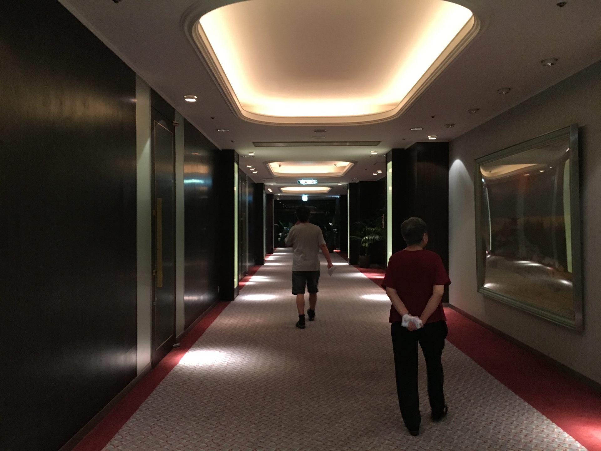 晚餐后在走廊散步