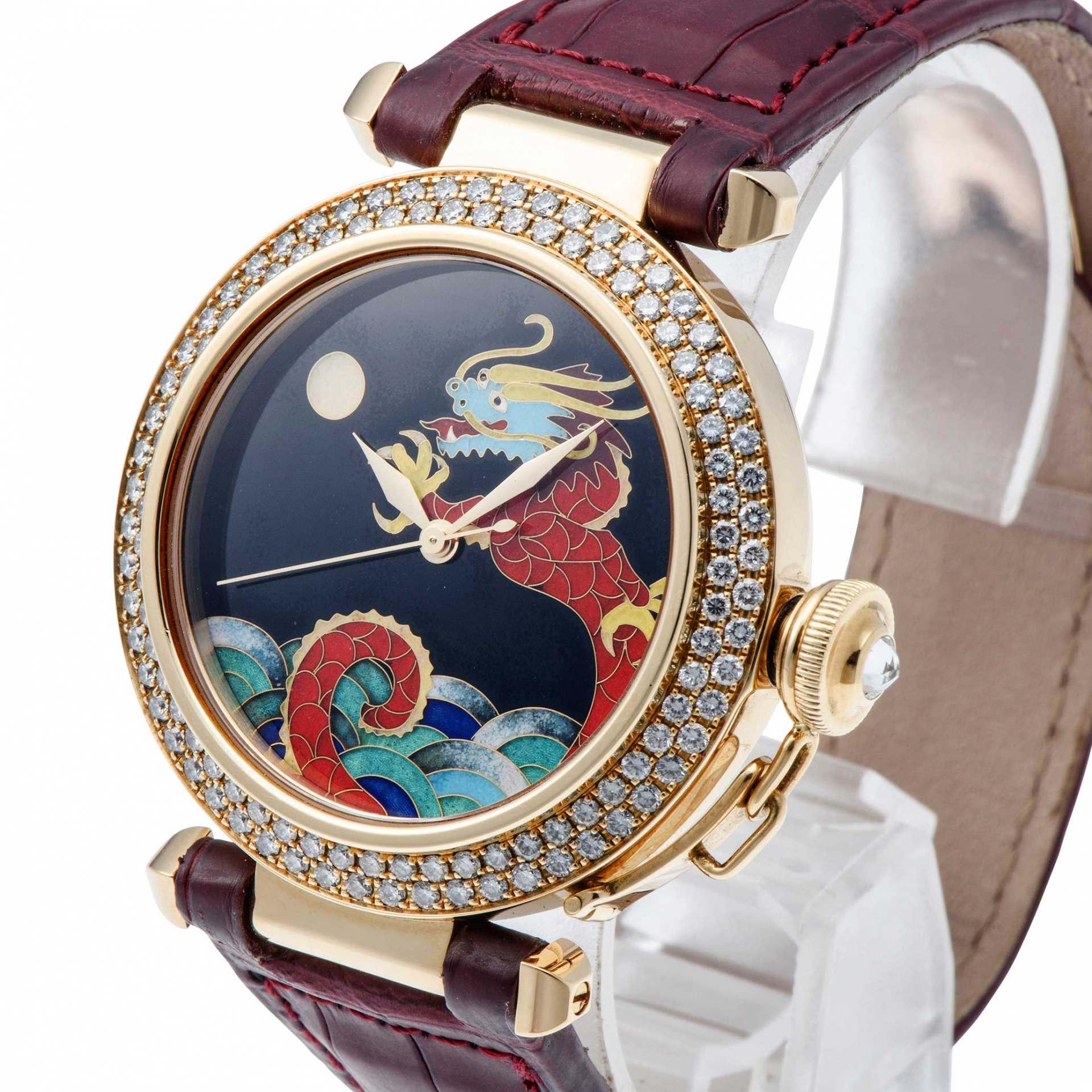 一隻繪有龍圖案的豪華手錶!