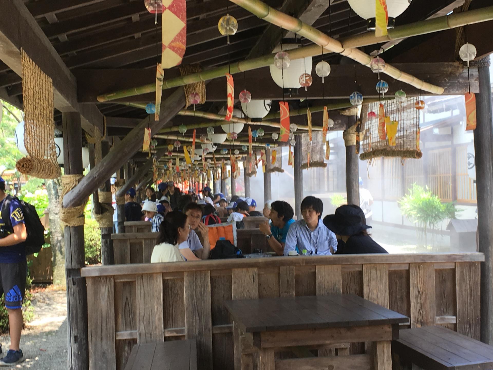 有點像中國古代酒肆一樣的簡易店鋪