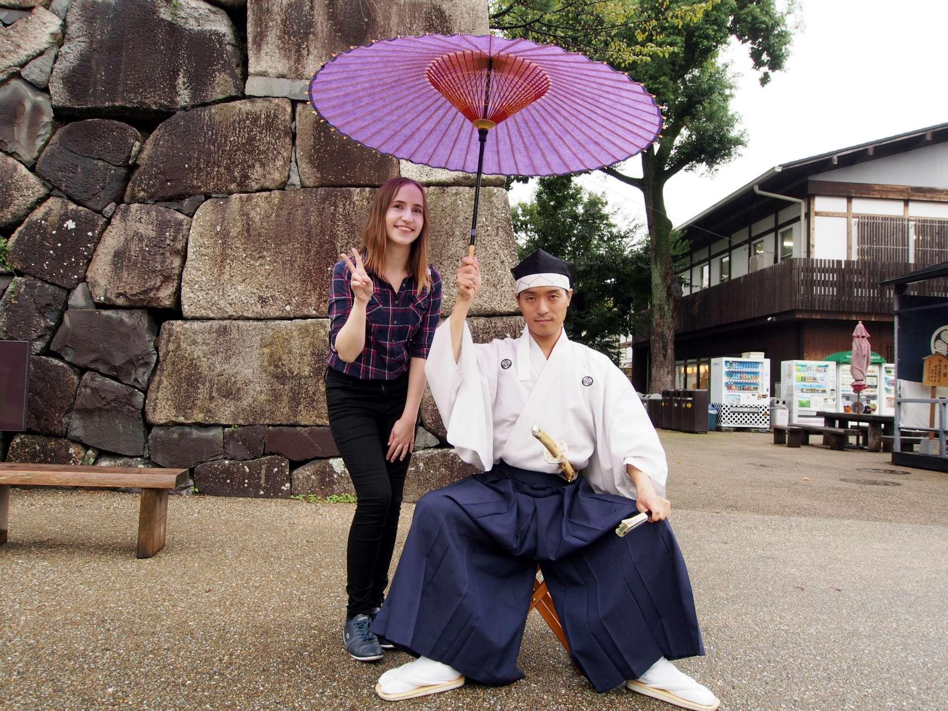 和身著日本古裝的男子拍了張二人照!