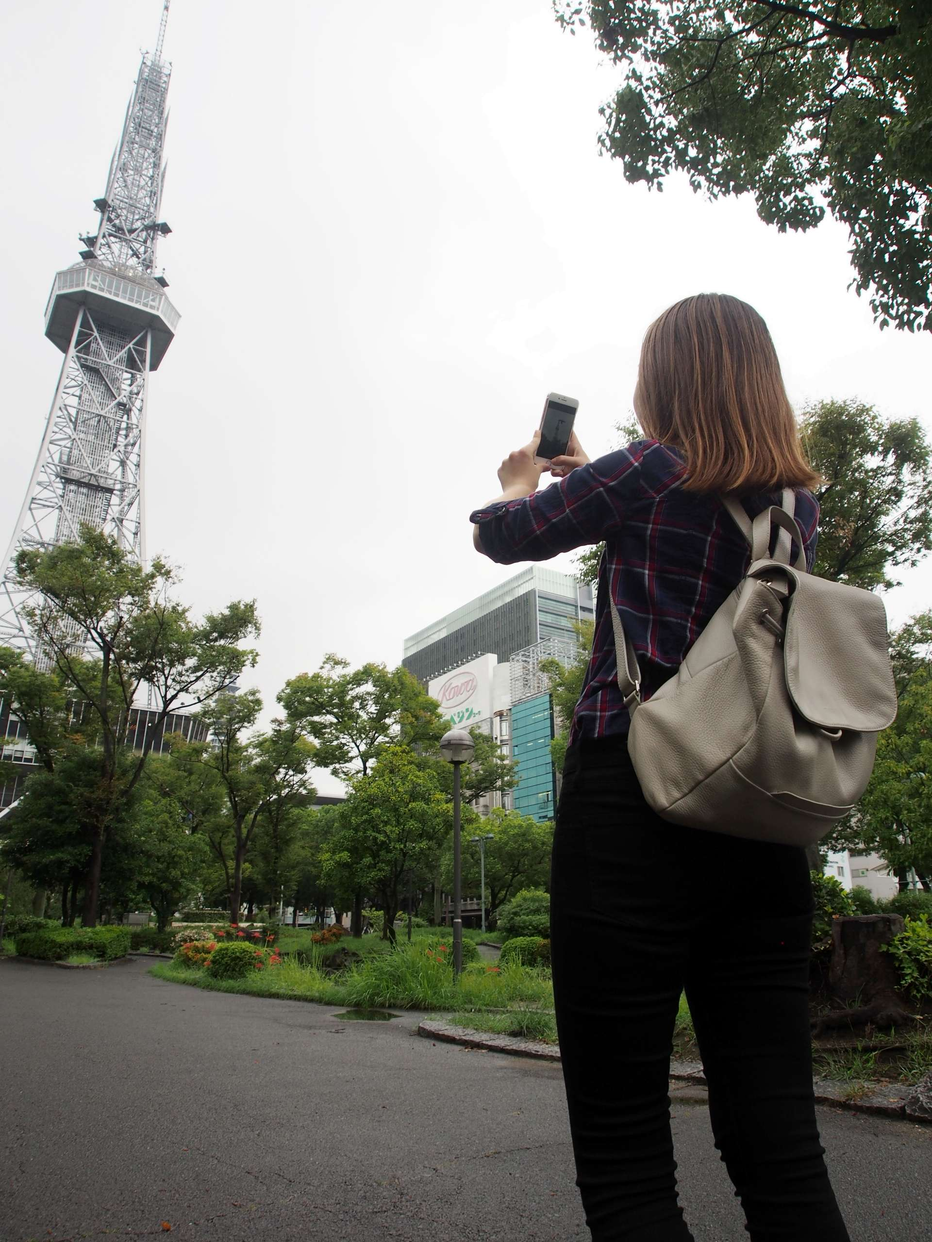 在名古屋的地標建築名古屋電視塔拍照