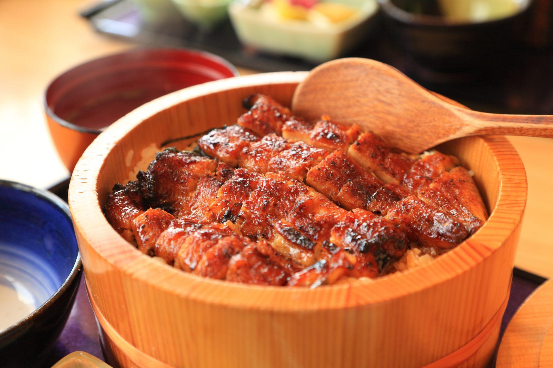 把烧烤得焦香扑鼻的鳗鱼切碎后铺在白饭上的HITSUMABUSHI