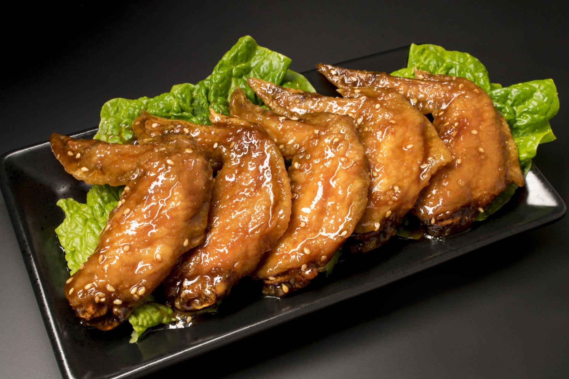 當地的各家餐廳皆有獨特的醬汁和調味過的雞翅