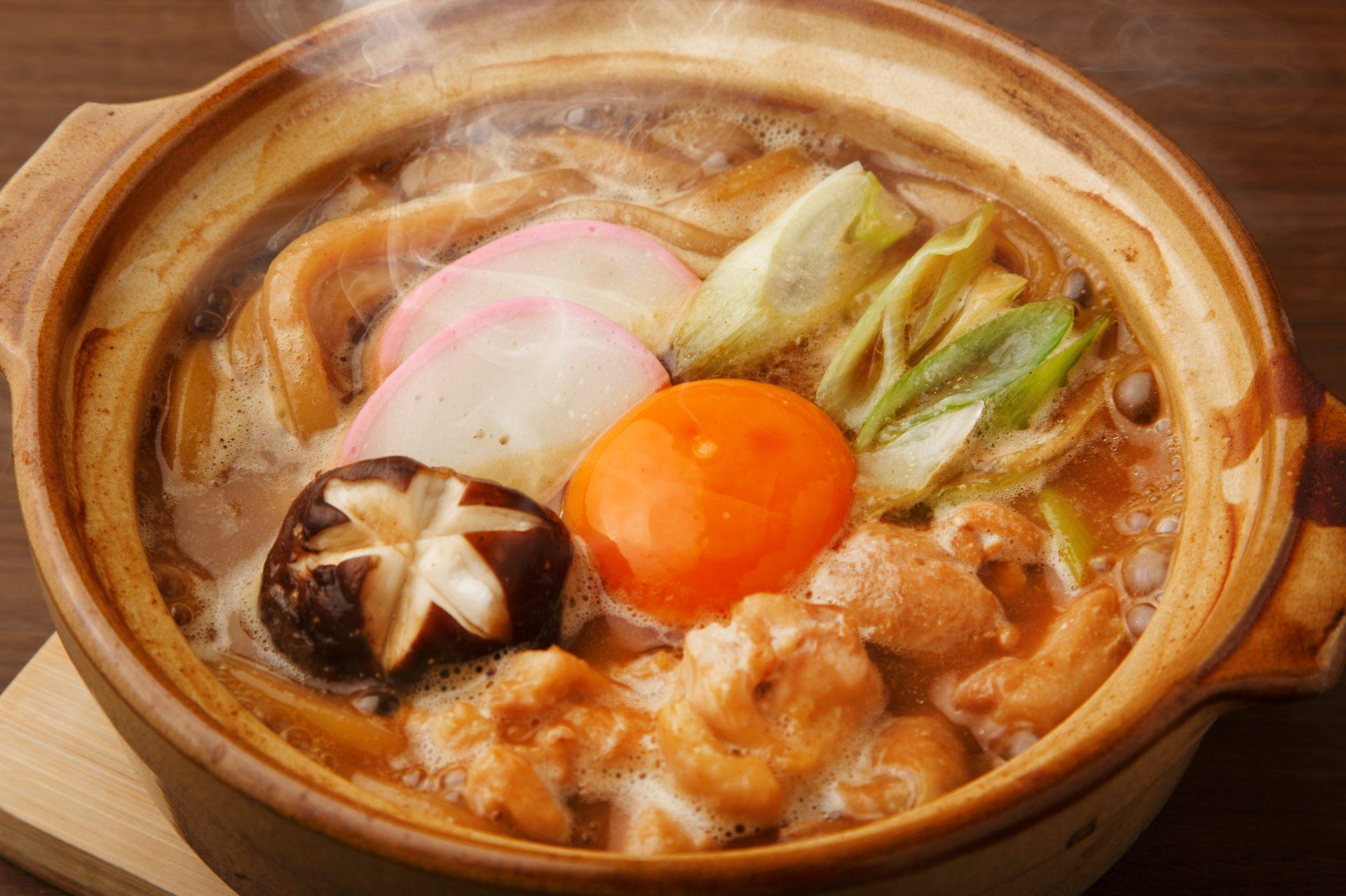 用味噌為基底的湯燉煮又較又粗麵條,就是味噌煮烏龍麵