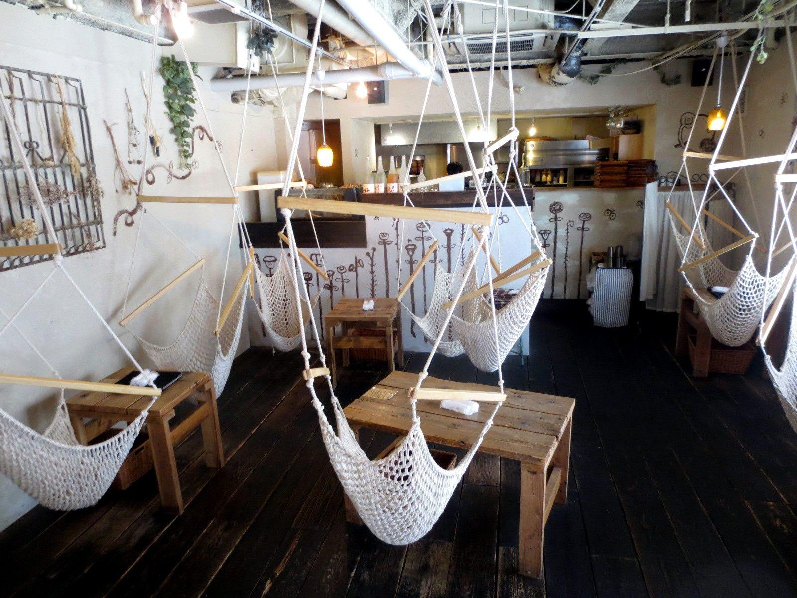 The 1st floor has hammock seats!