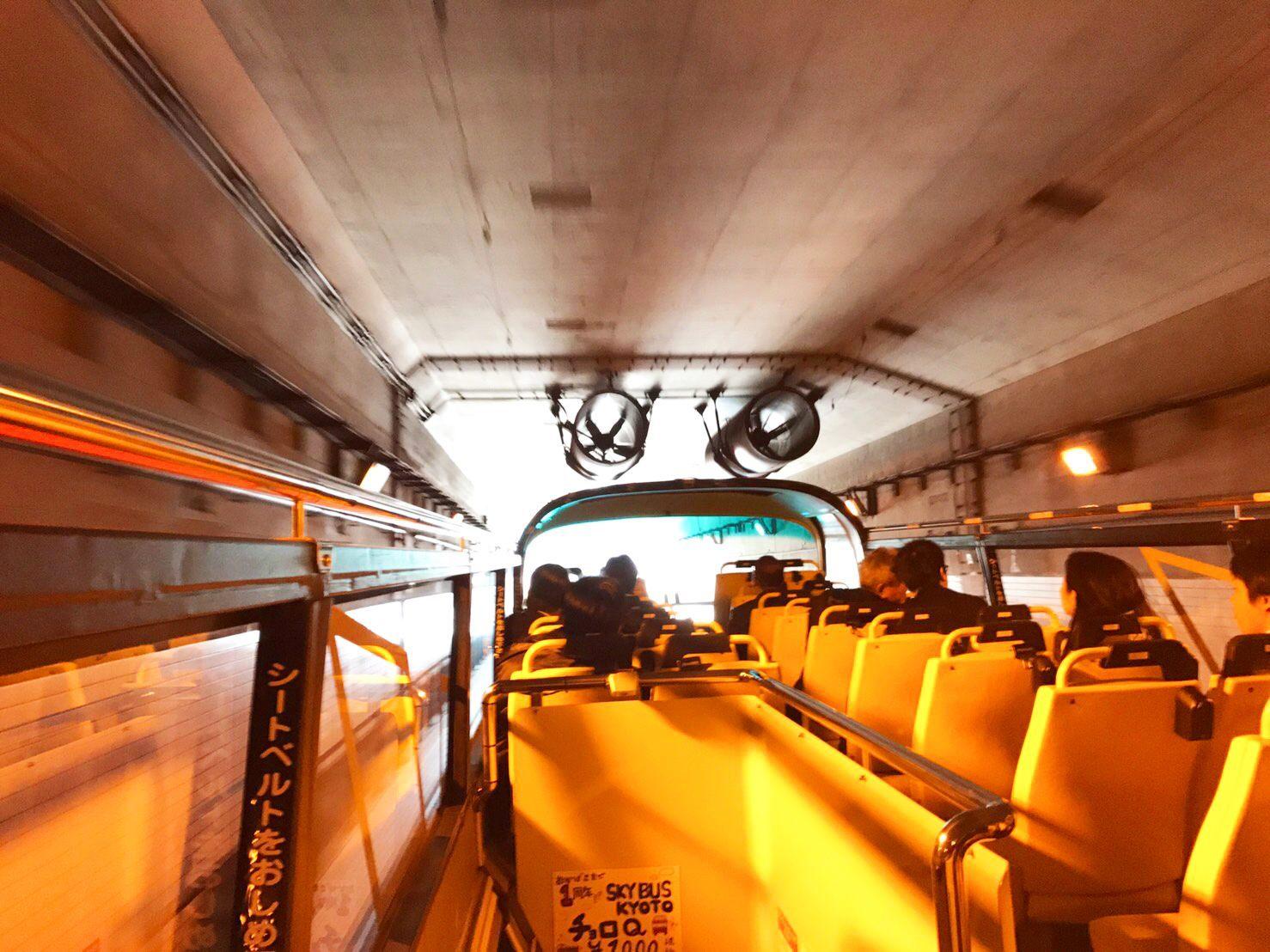 充滿驚險的「港島隧道」。巴士穿過隧道時天花板從頭頂擦過的感覺非常刺激
