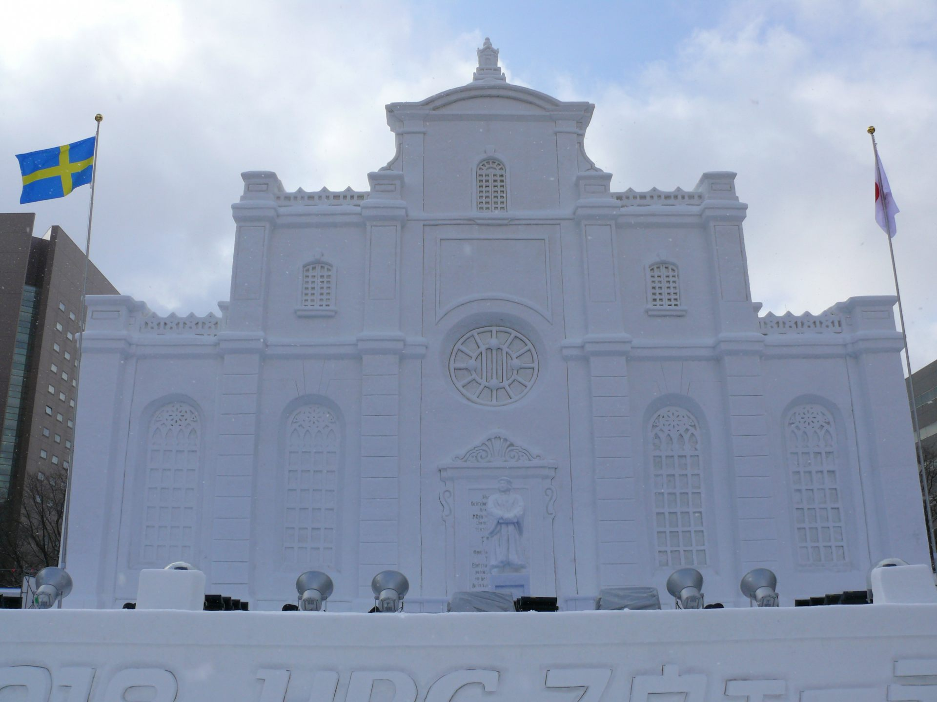 A large snow sculpture of Storkyrkan (Stockholm Cathedral). ©Hokkaido Broadcasting Co., Ltd.