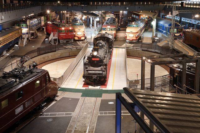 展廳裡排列著蠻魄力十足的火車