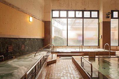 在寬闊的大浴場泡湯,療癒旅途的疲勞