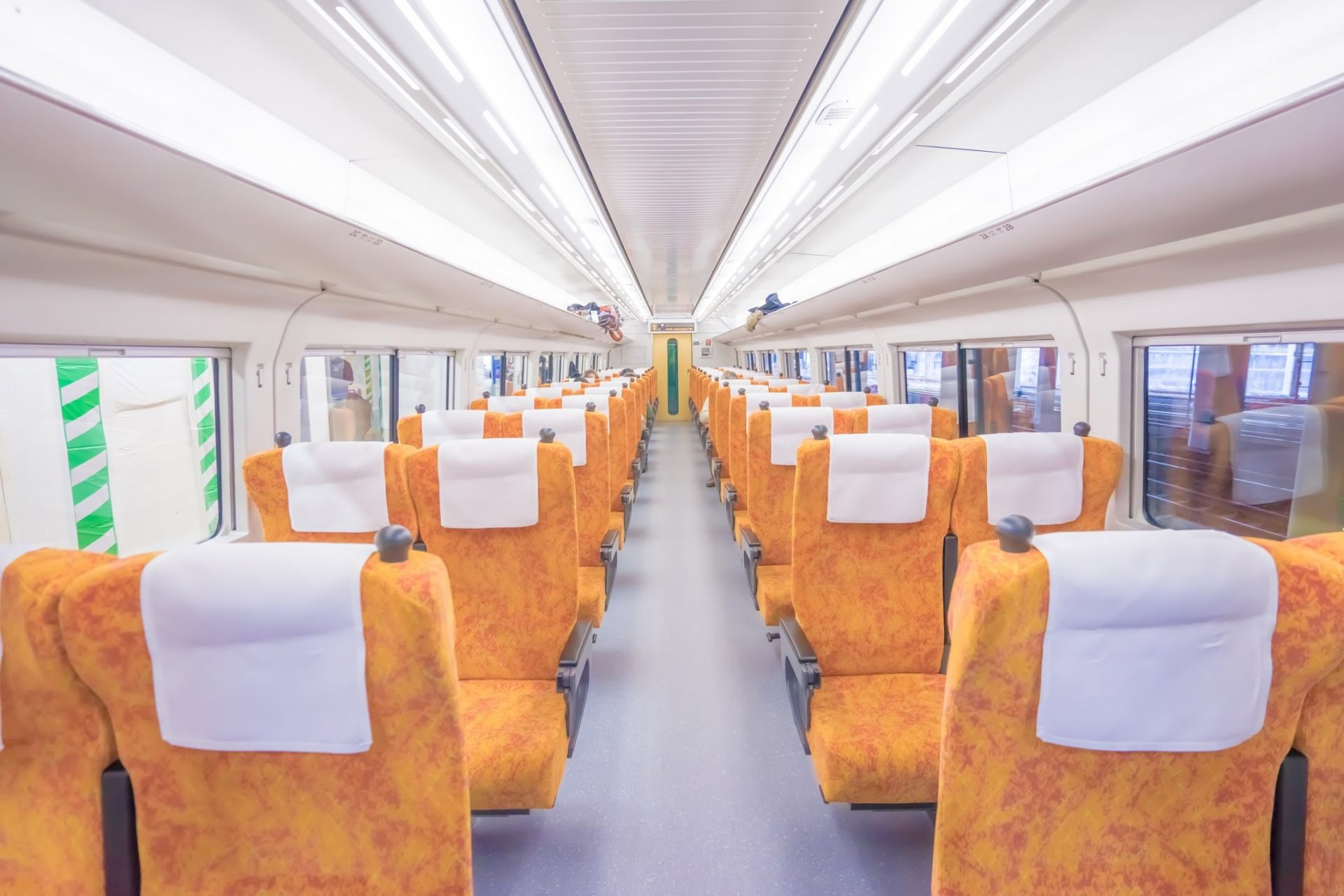 日光1号的座位是橘色。