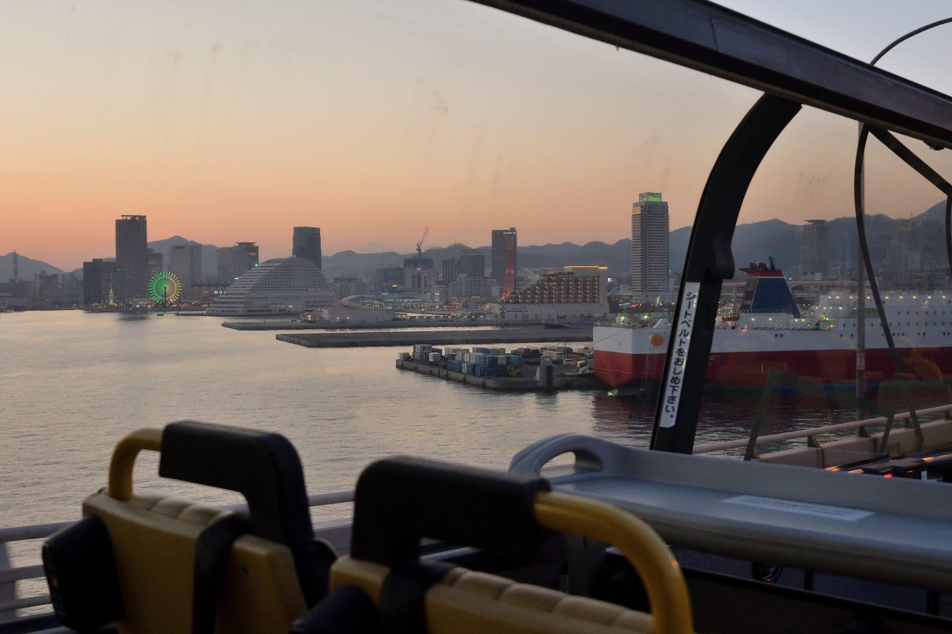 从神户大桥上眺望神户的夕阳美景。