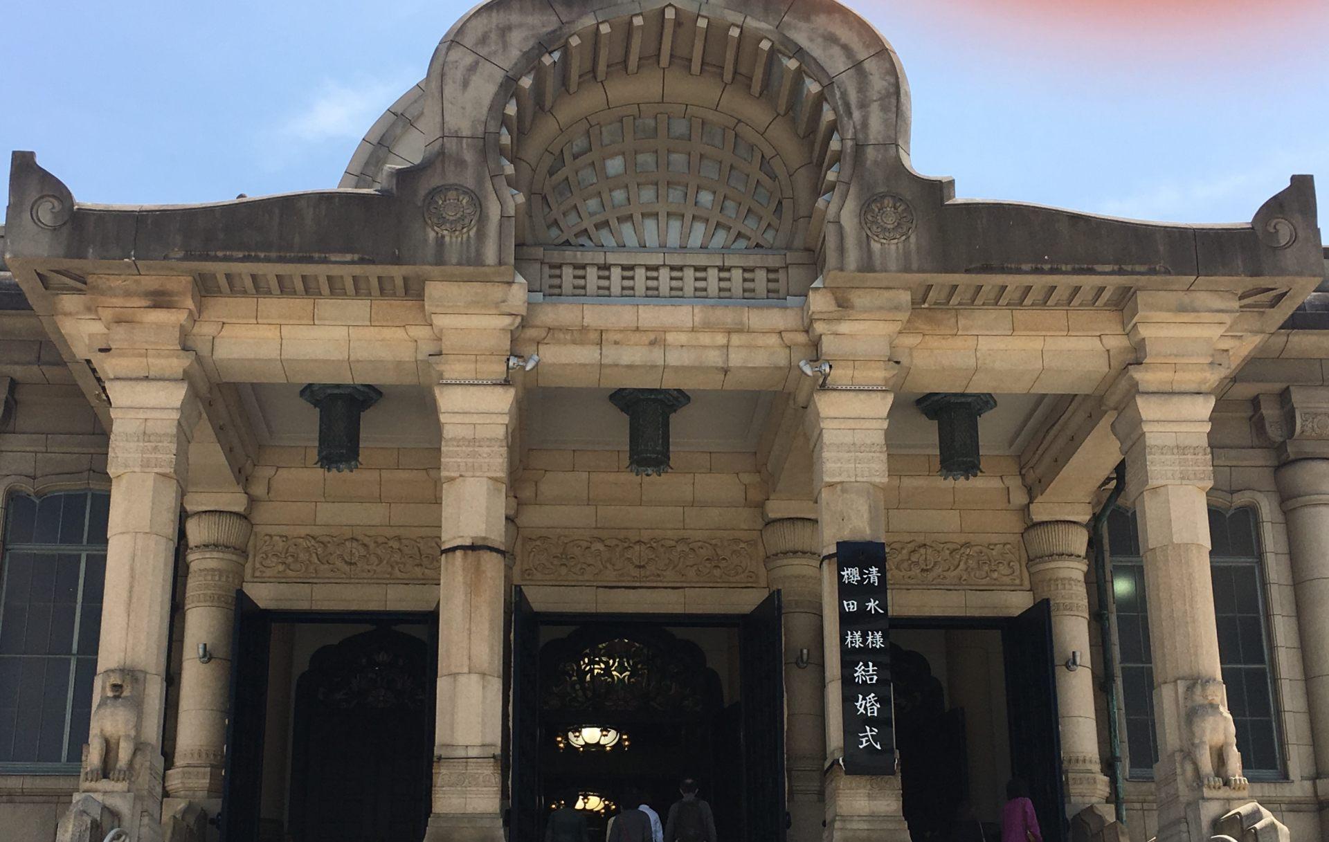 大台阶两侧有长着翅膀的狮子雕像