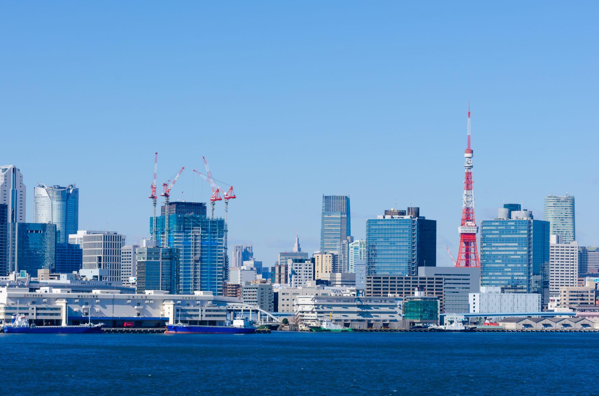 從彩虹大橋北側遊步道拍攝東京鐵塔和高層建築群