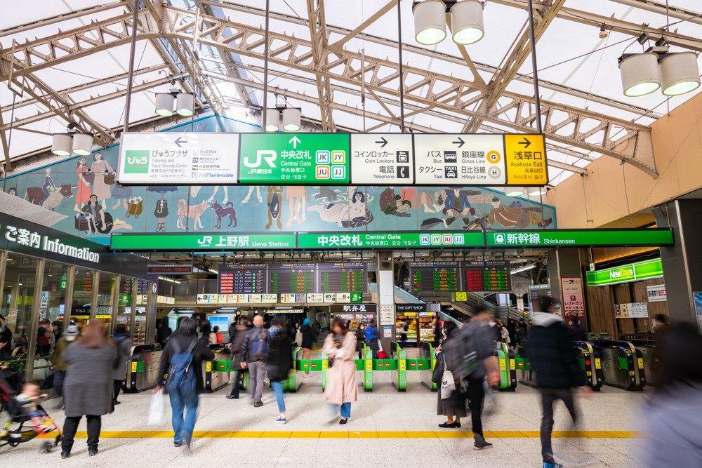 上野車站的JR中央票口,像這樣記得先往JR看板的方向走就好!