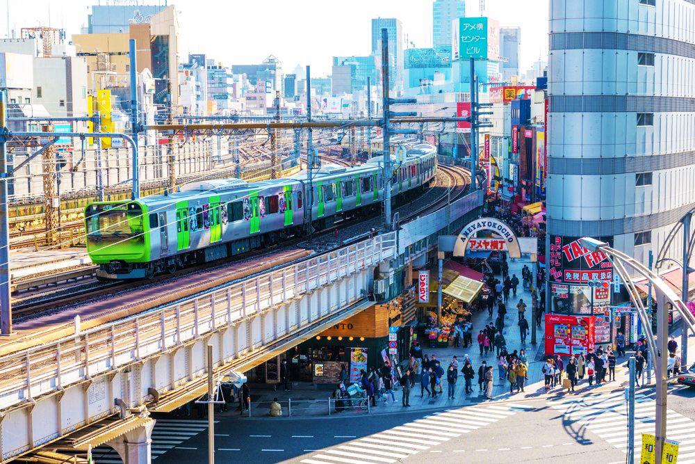 穿過上野「阿美橫町」的山手線電車