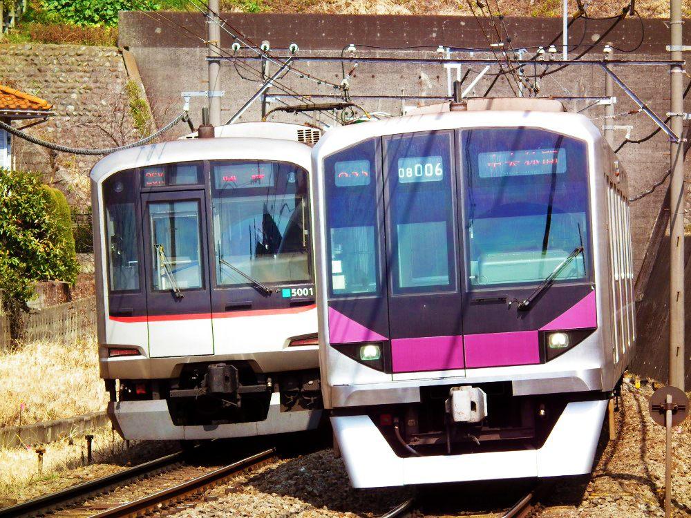 各家電車公司的電車互相超越彼此。