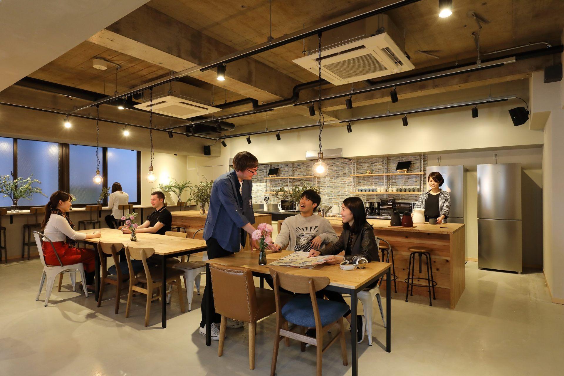 在廚具齊全的開放式廚房裡,與旅伴一起做飯吧!