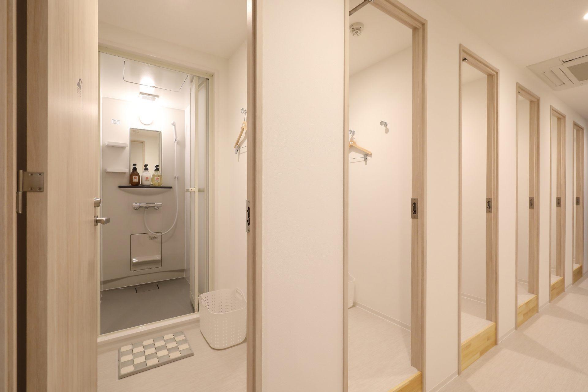寬敞的淋浴間有附洗髮乳、潤髮乳和沐浴乳