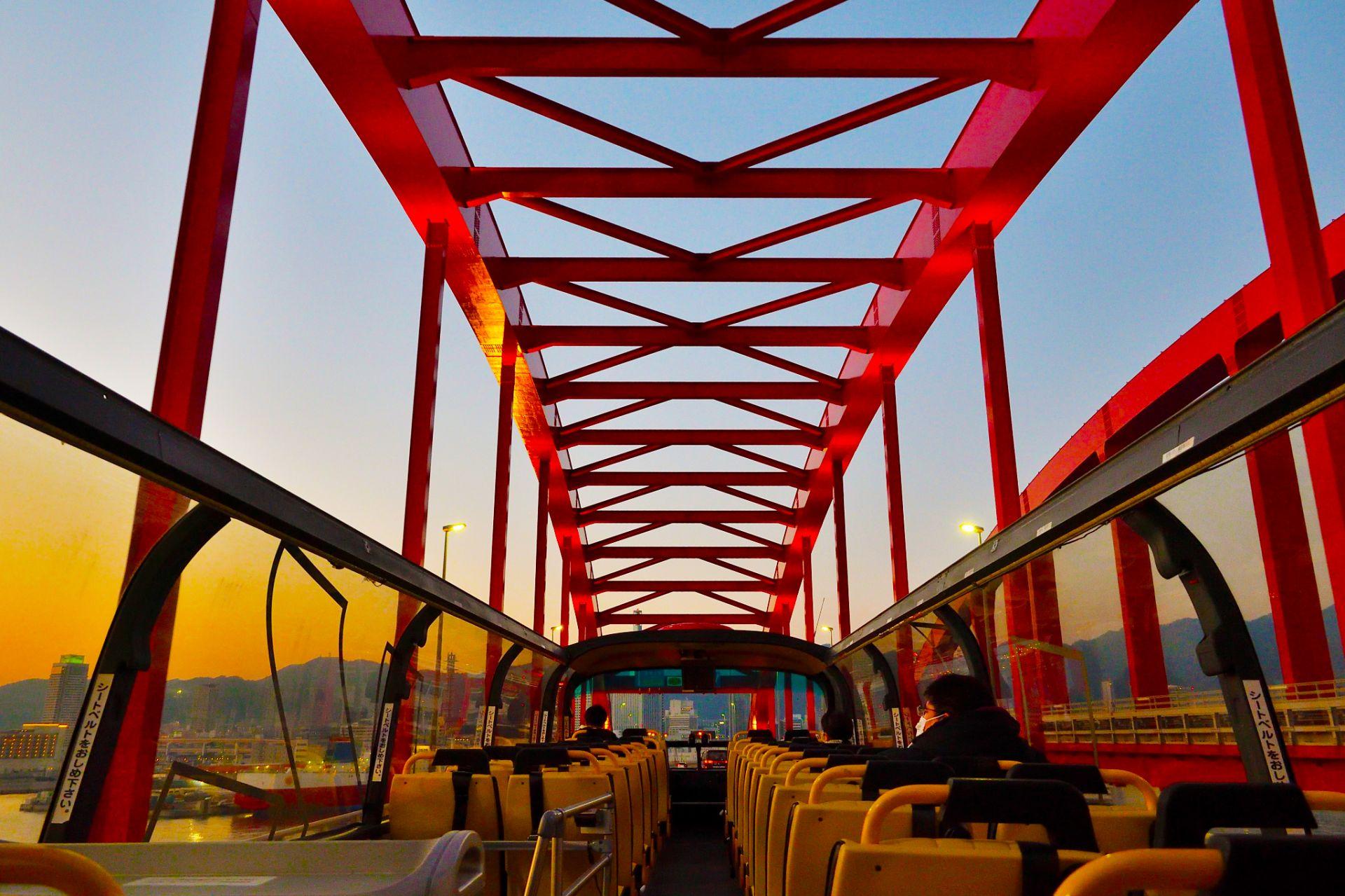 夕阳下的神户大桥