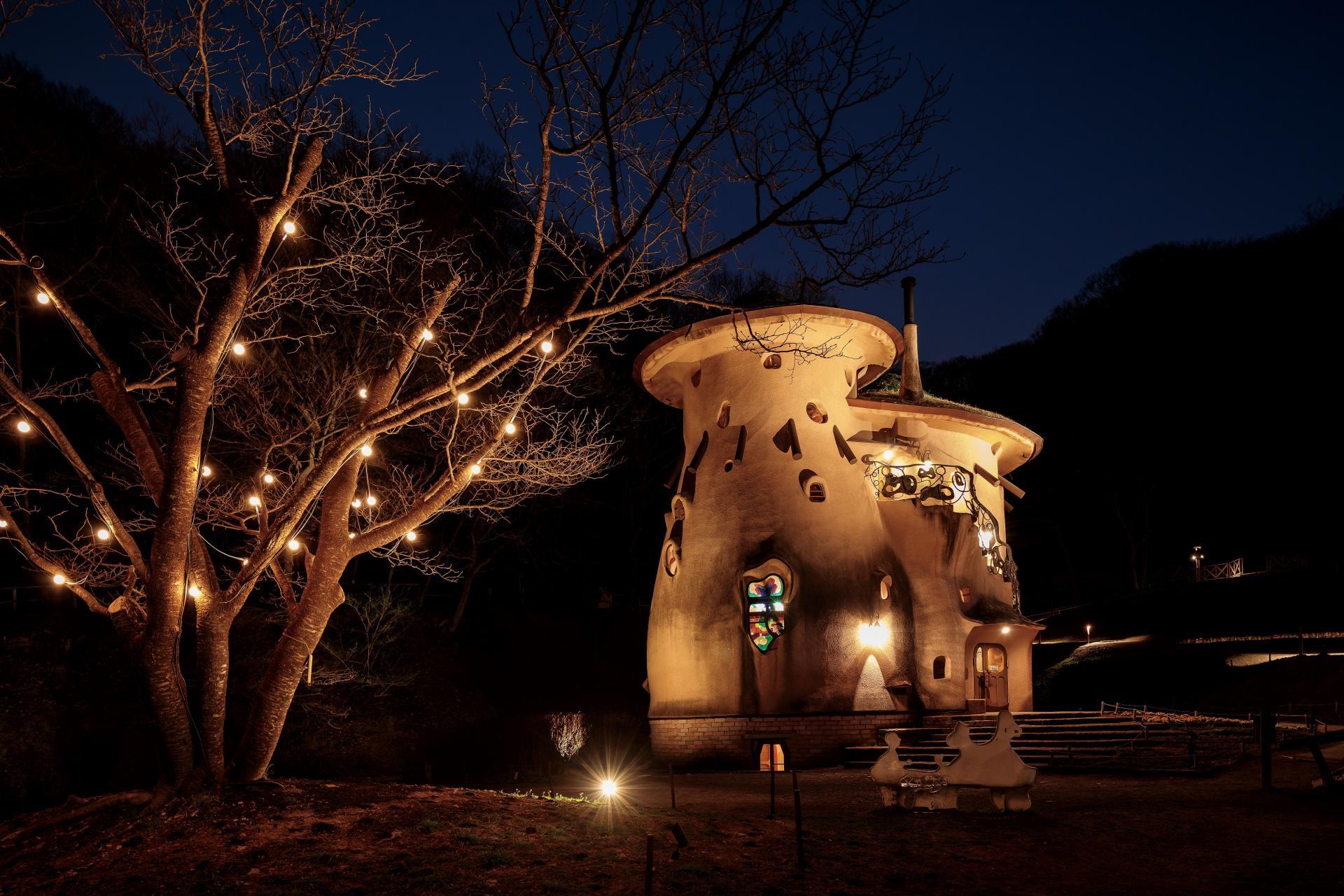 夜间点灯后的蘑菇之屋 温暖的灯光下十分温馨
