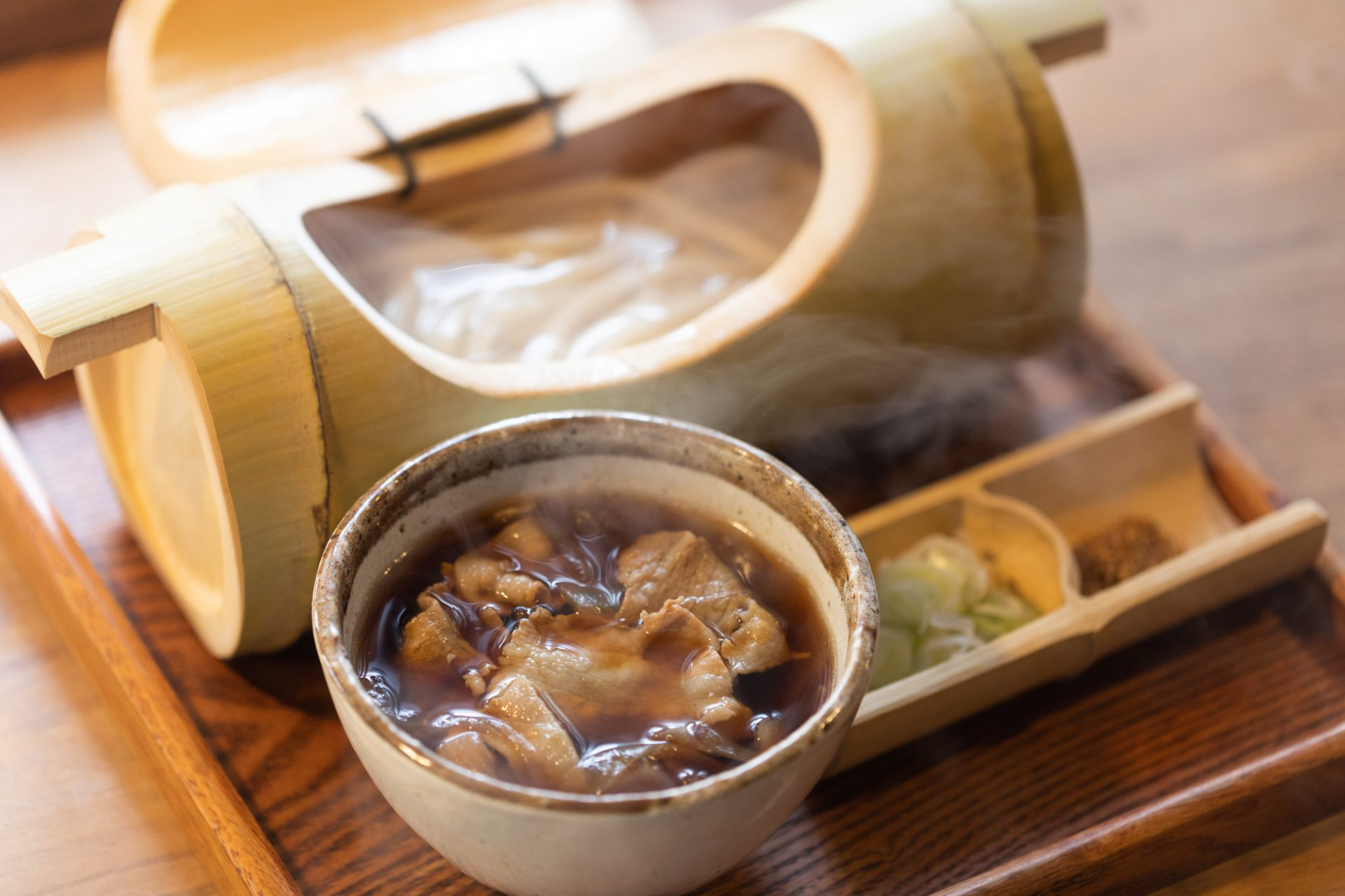 Popular menu item: Straight-from-the-pot udon noodles with meat broth (850 yen)