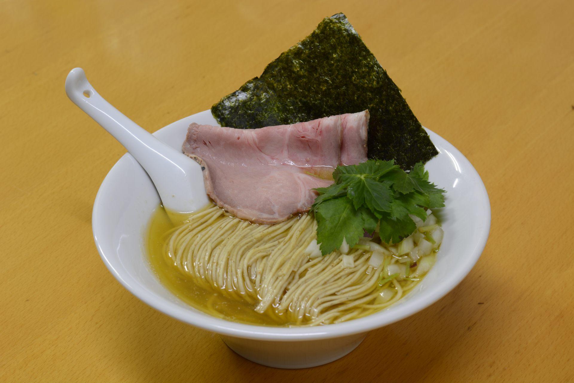 招牌菜单:面粉使用全粒粉的「煮干拉面(白)」(820日元)