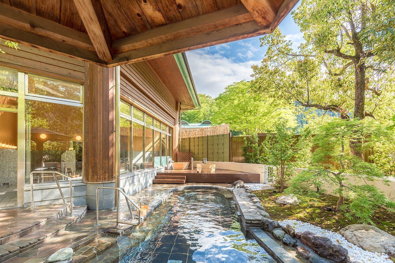 在大浴场「森林与天空之汤」度过一段悠闲时光。