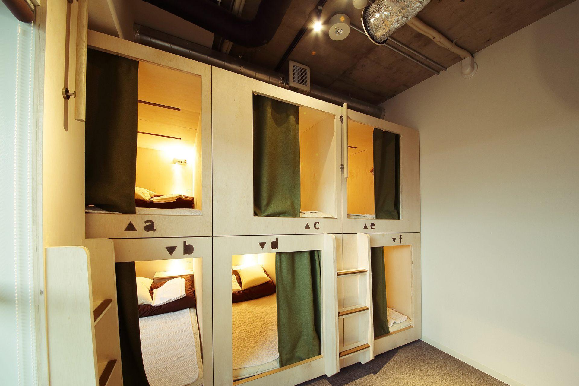 整潔乾淨的多人房。分別有女性專用客房和男女共有客房。