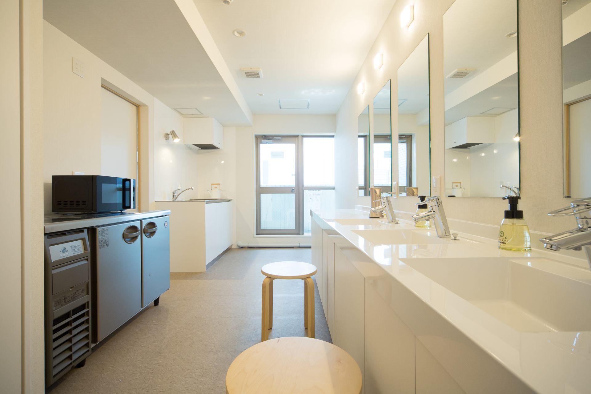 整潔的洗手台和明亮的大鏡子。(10F化妝室&迷你廚房)