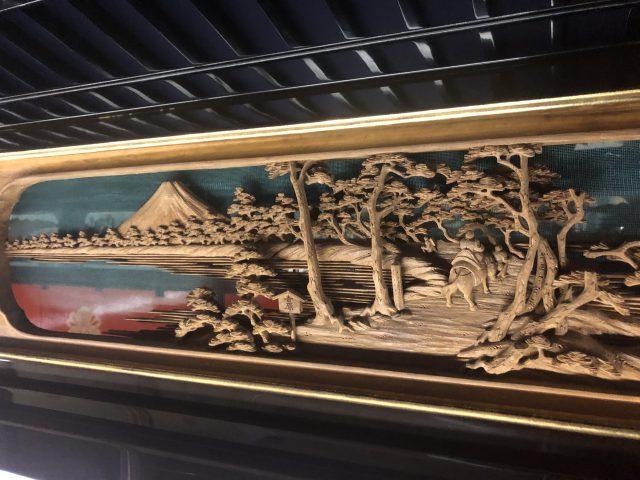 山車上處處都是華麗的裝飾,展現了精緻的城端塗漆和雕刻藝術。