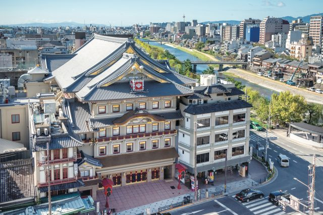 Minamiza, which can be seen immediately as you come out of the Gion-shijo Station, is a well-known landmark in the town.