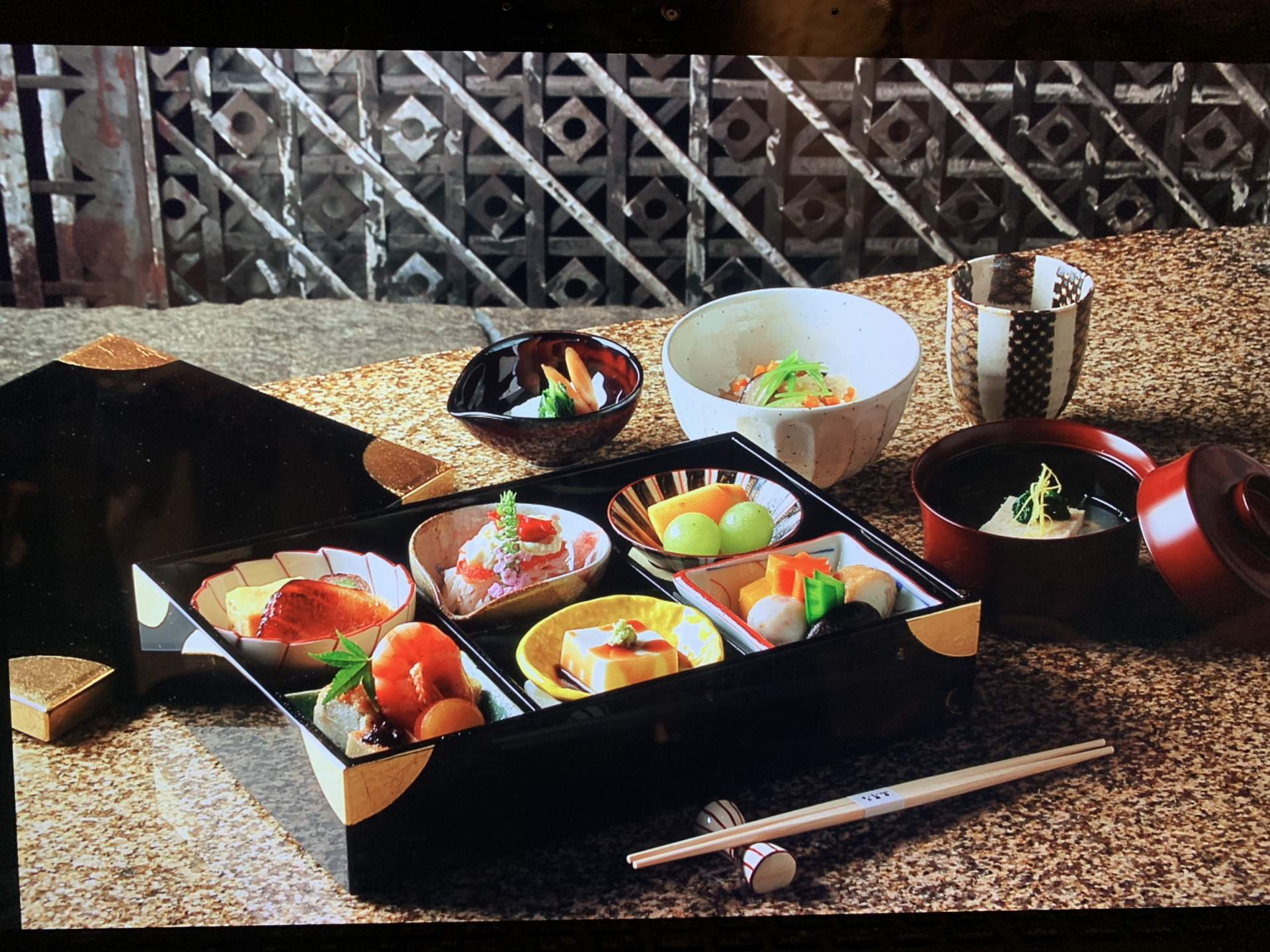 There are also many surrounding restaurants where you can dine during the intermission. Enjoy the charm of well-established famous stores along with the Kabuki.