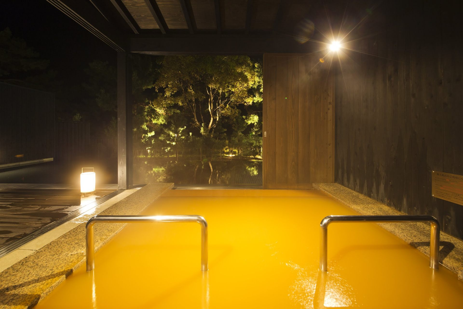 In the Golden Hot Spring, you can bathe in amber-colored water called akayu.