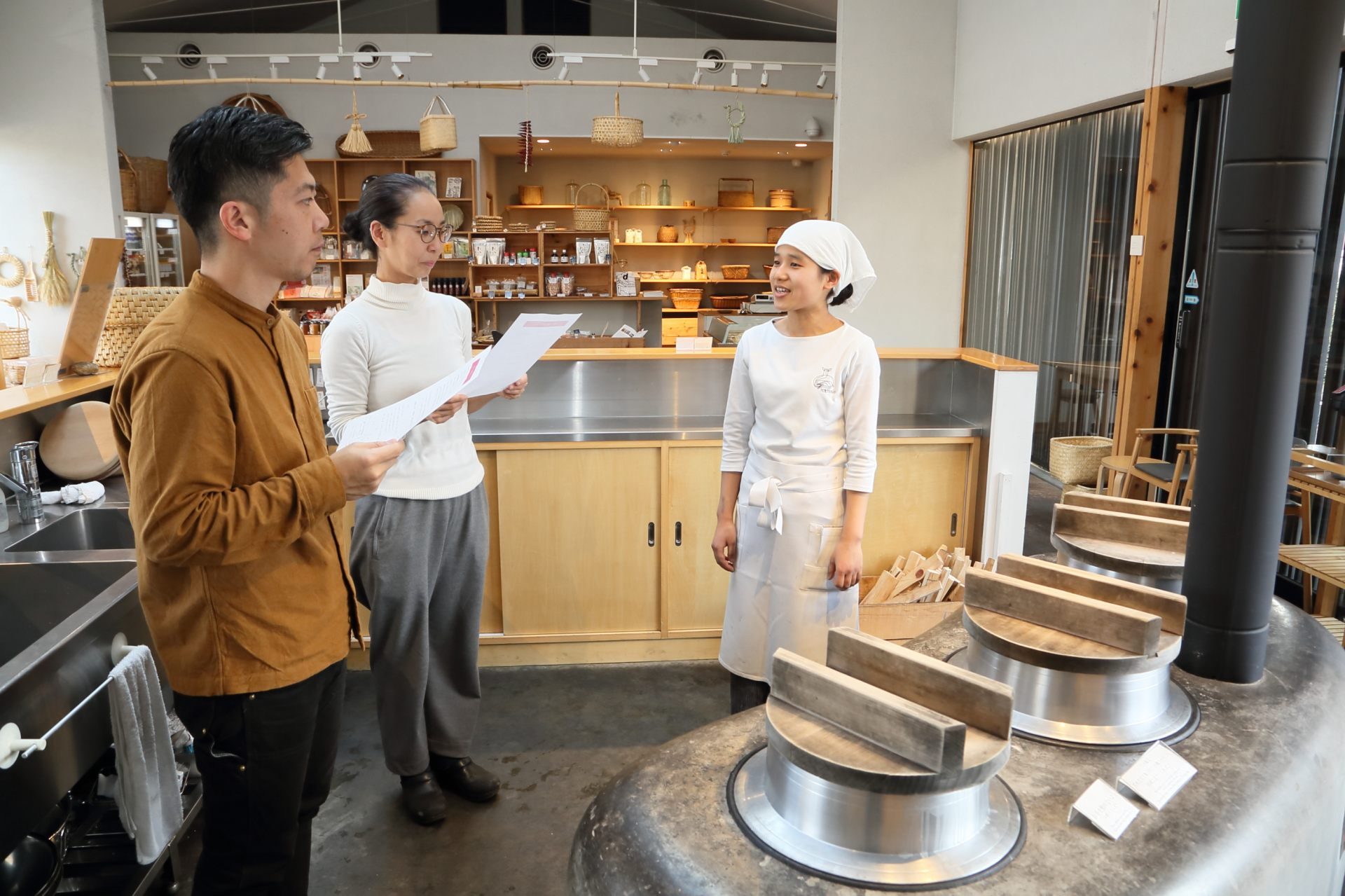 Ms. Yamashita (left) kindly giving an explaination to guests in front of the hearth.