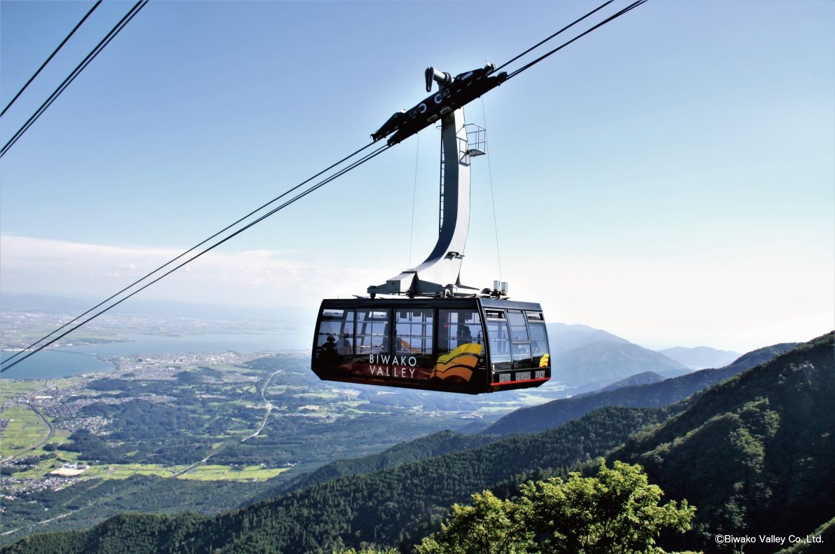 Ride the ropeway, with its amazing view, and travel from Biwako Valley's Sanroku Station to Summit Station.