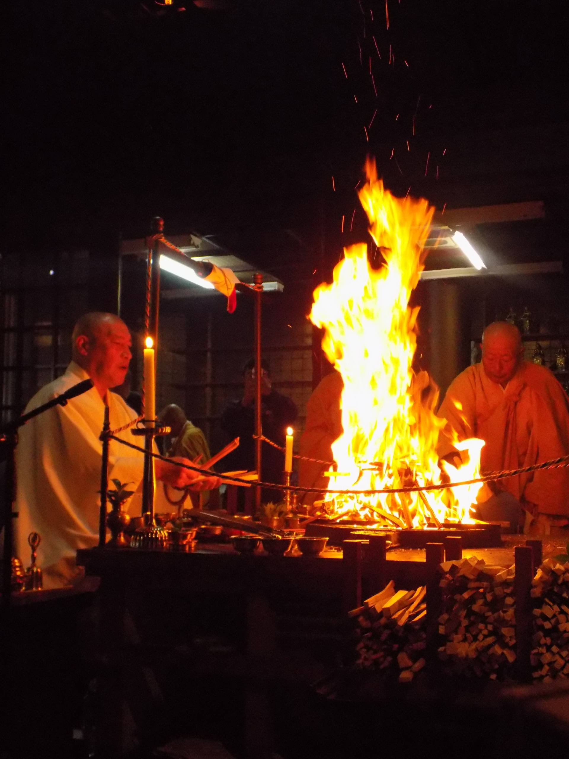 Every month on the second Sunday and on the 28th, you can view a Goma Buddhist memorial service.