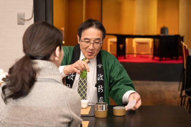 Introducing Sanken-Cha tea with 'kamishibai' ('paper play'). Following this, there is an explanation of the utensils.