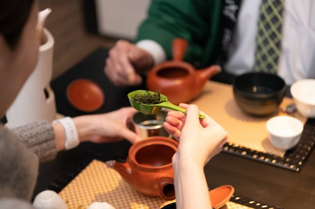 Mandokorocha tea is used, a favorite of Hideyoshi's. The tea is made using the 'Aosei Sencha Seiho' tea manufacturing method, which involves steaming the fresh tea leaves, then kneading and drying them.