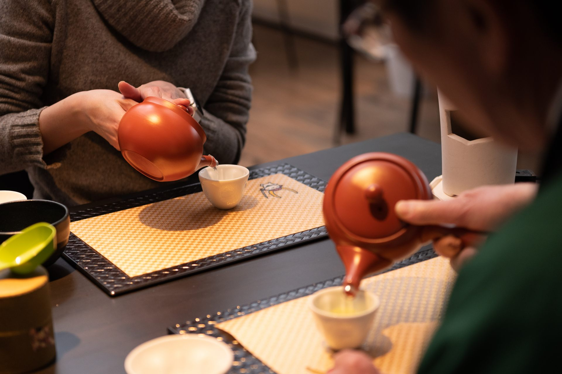 The handle being on the side of the small teapot is unique to Japan! You can learn about Japanese culture through the utensils used.