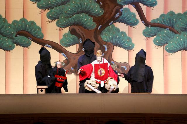 The program will differ depending on the season. If you visit during New Year's, auspicious performances also take place.