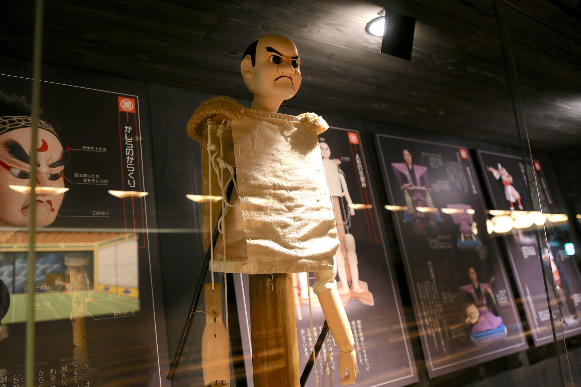 A valuable display that lets you understand at a glance the mechanisms behind the puppets.