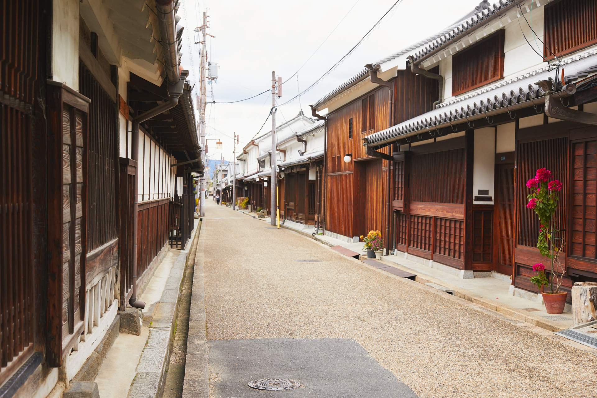 The streetscape with houses that have dignified architecture has been used in the filming of samurai period dramas.