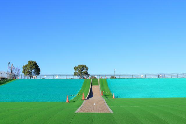 铺着人工草坪的滑道