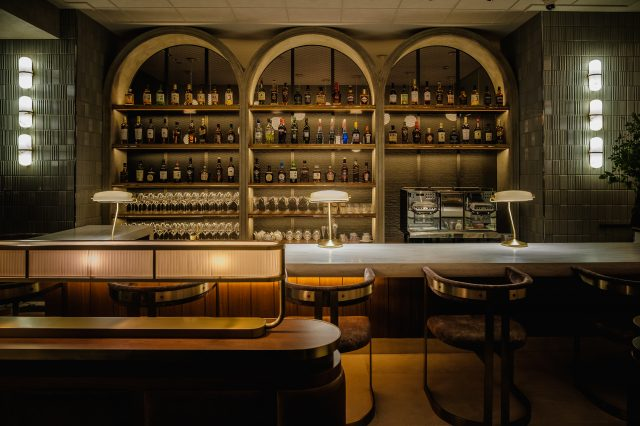 客人可以輕鬆地在吧台享用美酒