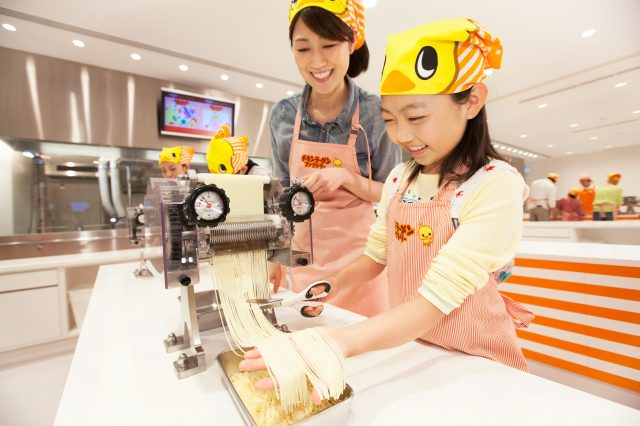 能體驗手工製作速食麵的「雞湯拉麵工廠」
