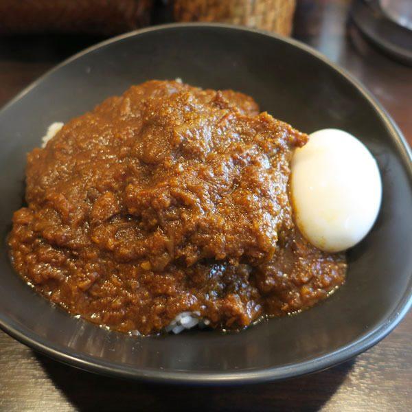 在紅燒肉咖哩上面加入雞蛋