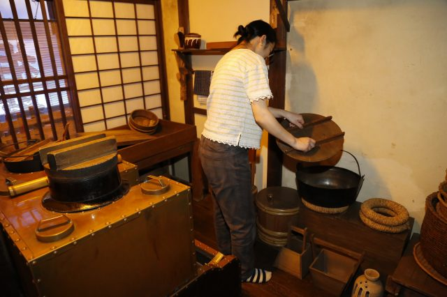 You can touch the items on display, including the cookware