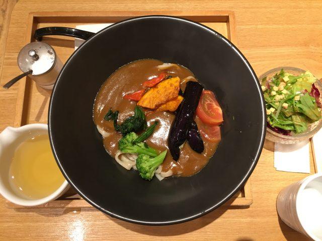 (午餐)蔬菜咖哩烏龍麵 880日圓、迷你沙拉100日圓
