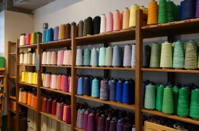 許多種顏色的紗線